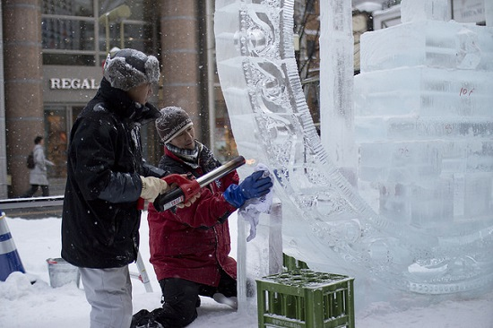 Para seniman membuat patung es di Festival Musim Dingin Asahikawa