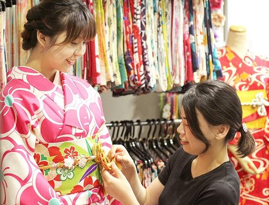 Pegawai Fuuka membantu memakaikan kimono