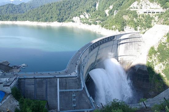 Pemandangan Kurobe Dam di Pegunungan Tateyama