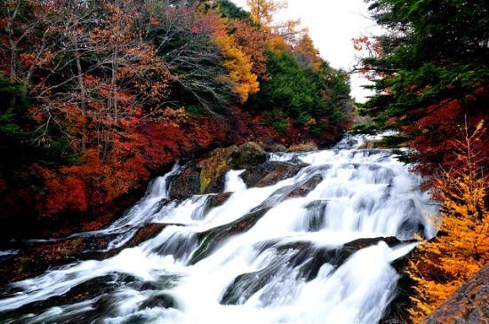 Pemandangan Ryuzu no Taki di musim gugur