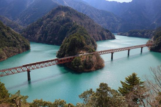 Pemandangan alam di jalur Kereta Batubara Oikawa