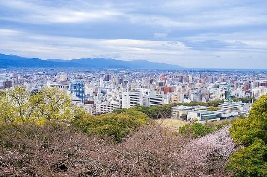 Pemandangan kota Matsuyama dari Kastil Matsuyama