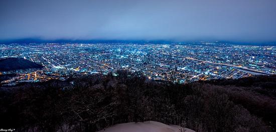 Pemandangan kota Sapporo dari atas Gunung Moiwa
