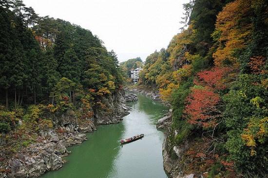 Pemandangan musim gugur Tebing Tenryukyo di Nagano