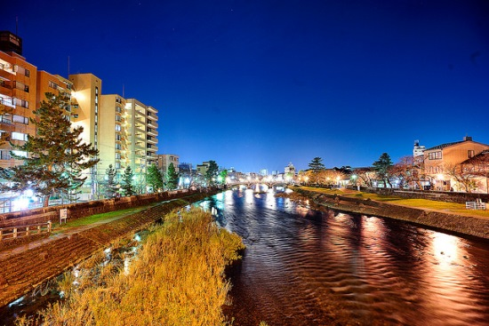 Pemandangan malam sungai Asanogawa di Distrik Higashi Chaya