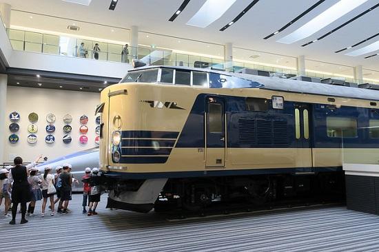 Pengunjung melihat koleksi Museum Kereta Kyoto