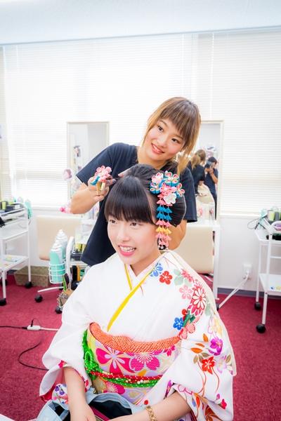 Petugas menata rambut di rental kimono Yumeyakata