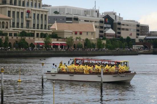 Pikachu naik kapal saat Parade Pikachu di Yokohama