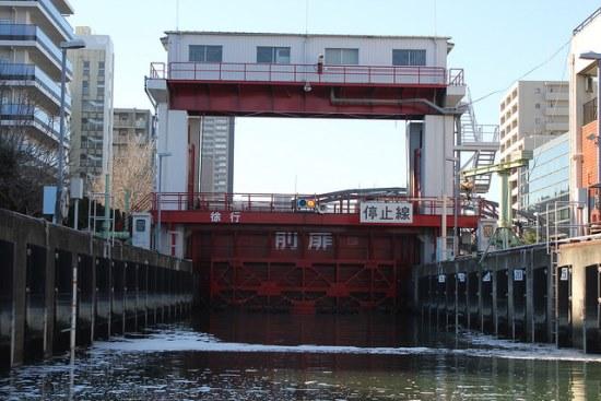 Pintu air di jalur kapal wisata Odaiba Tokyo Skytree