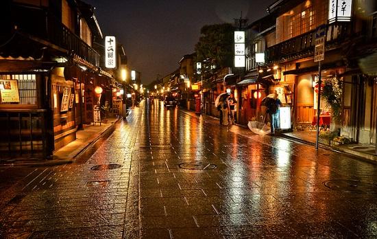 Suasana Gion di malam hari