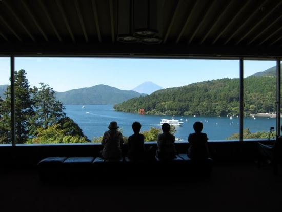 Suasana Panorama Lounge dari Museum Seni Narukawa