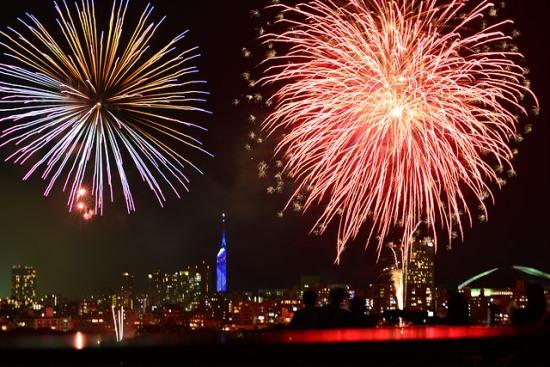Suasana festival kembang api musim panas di Taman Ohori