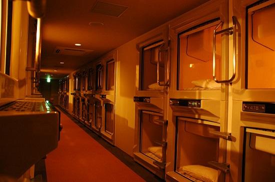 Suasana menginap di Hotel Kapsul Jepang