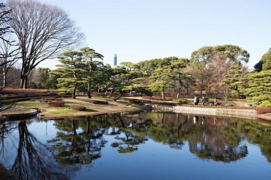 Suasana taman Istana Kekaisaran Jepang
