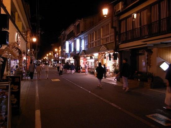 Suasana tenang malam hari di Kinosaki Onsen