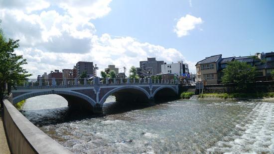 Sungai Asanogawa di Distrik Higashi Chaya