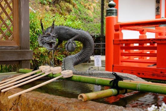 Tempat membasuh tangan di Kuil Kurama