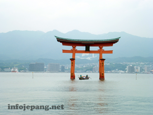 The Great Torii Miyajima saat air laut pasang