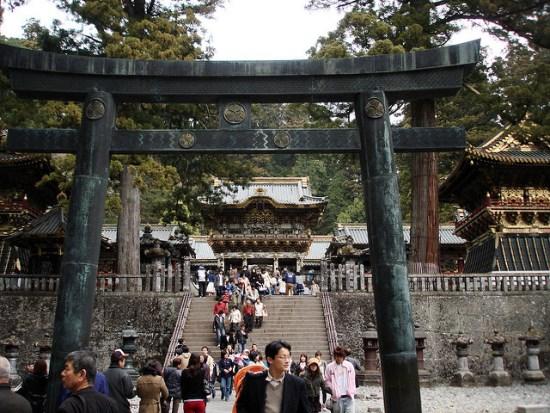 Torii Ishidorii di kompleks Kuil Nikko Toshogu