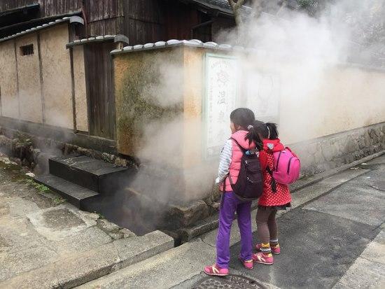 Uap memenuhi sudut kota Arima Onsen