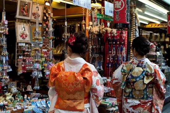 Rental Kimono di Asakusa Wanita Jepang dengan Kimono di Asakusa