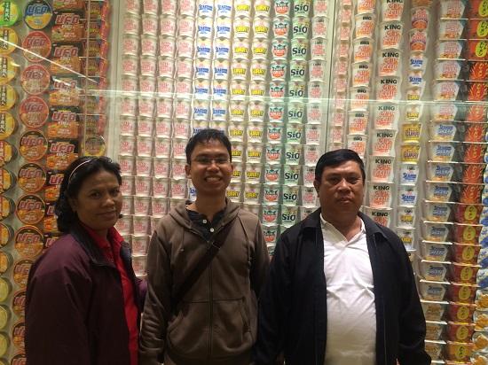 berfoto dengan koleksi mie dari seluruh dunia