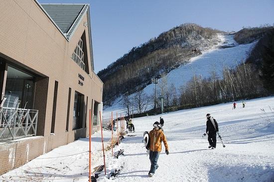 bermain ski di resort ski teine di sapporo