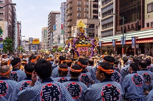 festival sanja matsuri di asakusa tokyo