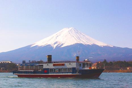 kapal en soleil melintasi danau kawaguchiko