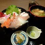 menyantap menu sushi