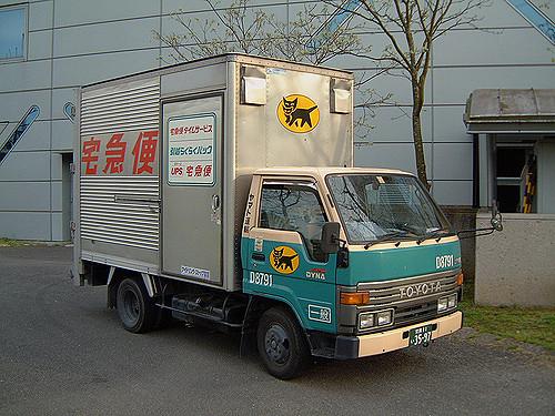 mobil penjemput barang di depan asrama