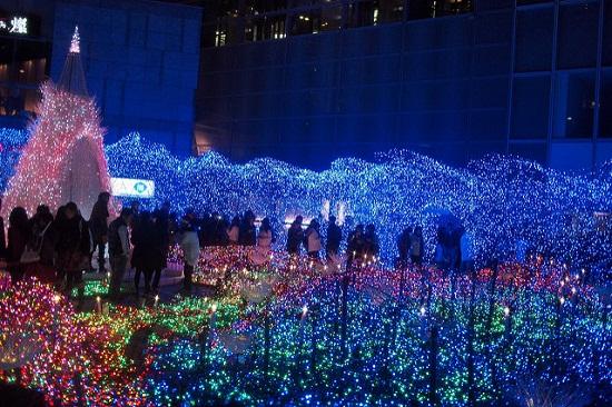 para pengunjung mengunjungi Caretta Shiodome Illumination
