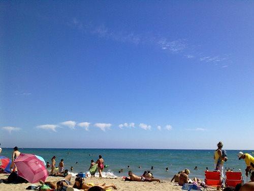 Pergi ke pantai saat musim panas di Jepang